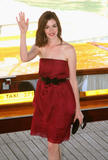 http://img11.imagevenue.com/loc1177/th_43552_Anne_Hathaway_arrives_at_the_Excelsior_Hotel_Venice-37_122_1177lo.jpg