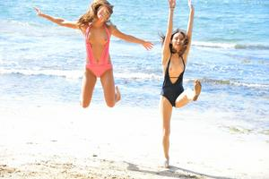 http://img11.imagevenue.com/loc424/th_557566491_Mary_and_Aubrey_Hawaii_II_Beach_Bunnies_35_123_424lo.jpg