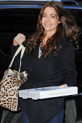 Denise Richards picking up Pizza in New York 08-02-2011